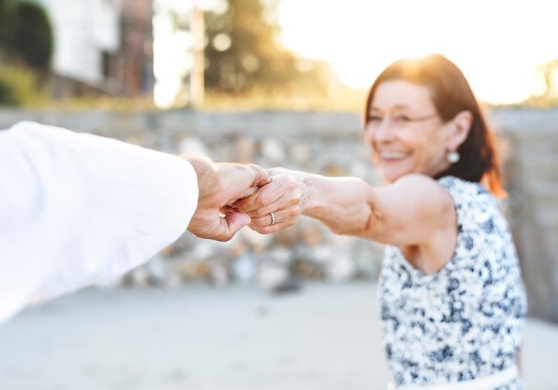 homme et femme âgé se tenant la main